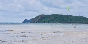 Kitesurfing in Ban Thong Sala
