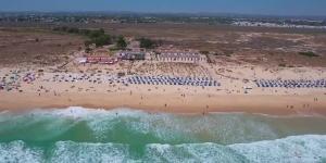 Kitesurfing in Barril Beach